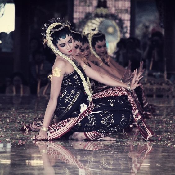 tari tradisional klasik gaya surakarta mempunyai delapan ...
