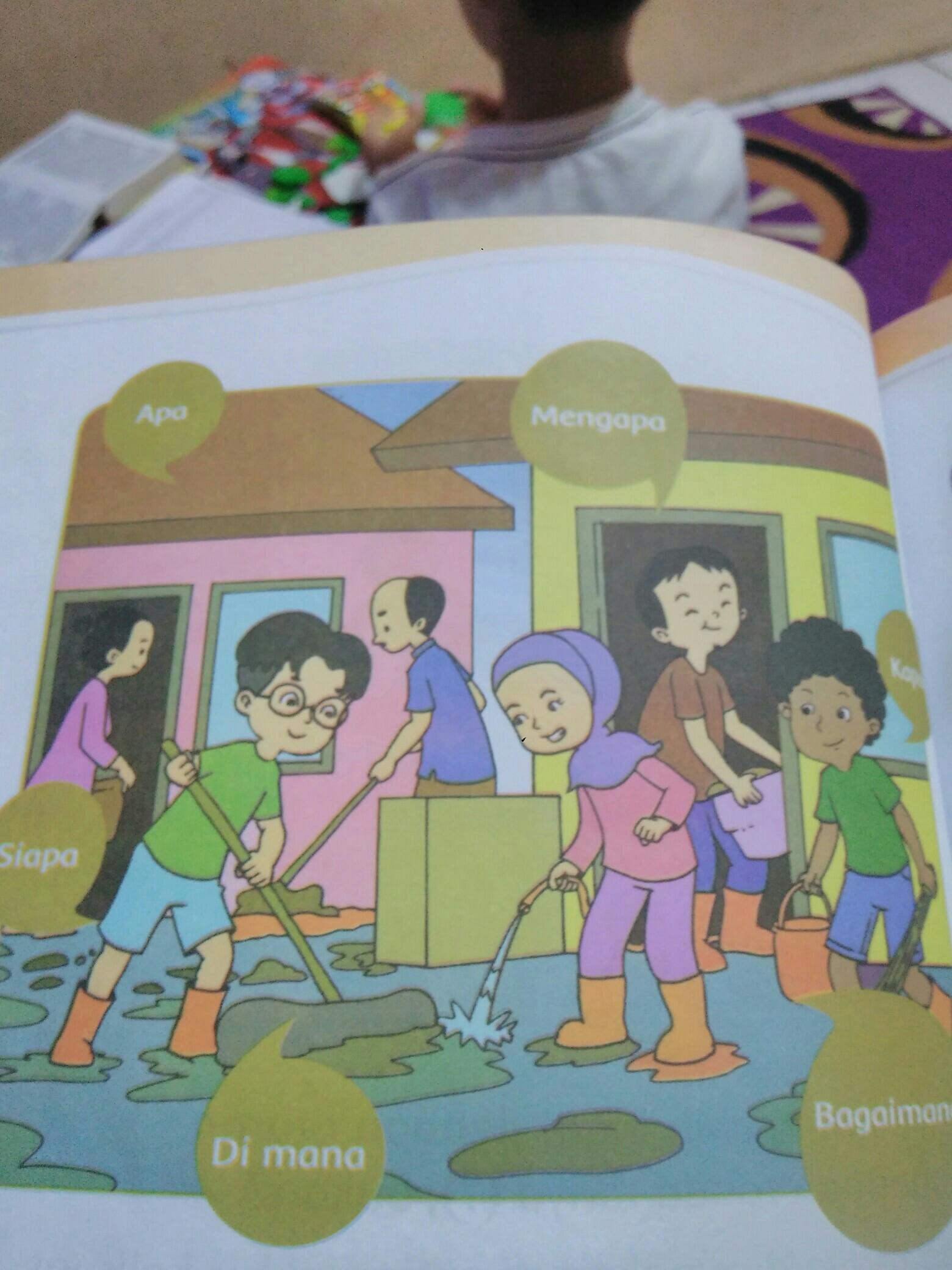 Gambar Kerja Bakti Di Lingkungan Sekolah Kartun Amati Kembali Gambar Udin Dan Teman Teman Kerja Bakti Membantu Korban Banjir Dengan Teliti Ajukan Brainly Co Id